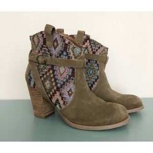 American Eagle Taupe Aztec print suede boots, 8